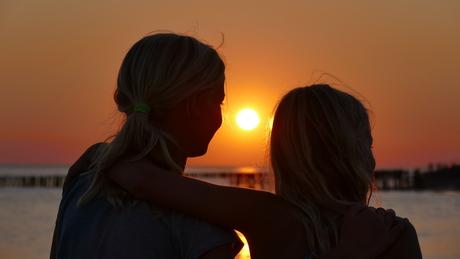 de twee zusjes en de zon die onder gaat.