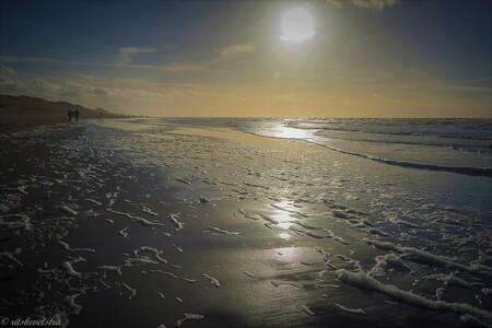 Strandwandeling Egmond aan Zee - Wandeling langs het strand van Egmond aan Zee. Teruglopend naar het dorp maakte de ondergaande zon er wel een heel mooie tegenlicht van. Camera wat d - foto door rits op 11-03-2021 - deze foto bevat: zee, zonsondergang, zand, kust, Egmond aan Zee, wandelen aan zee