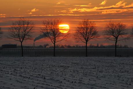 zonsondergang achter het huis