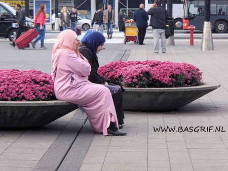 Wachtend - Foto in mijn pauze gemaakt. Vooral vanwege de kleuren van de bloemen en de kleuren van de kledij van de dames, ik vind het een geweldige foto! Zo con - foto door basgrif1975 op 18-10-2013 - deze foto bevat: roze, paars, bloemen, schiphol, 2013
