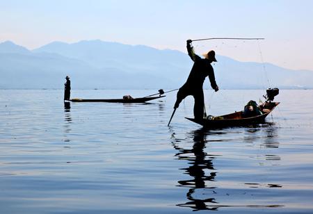 Visser - Visser op Inle Lake, Myanmar - foto door divejedi op 31-05-2017 - deze foto bevat: water, vissen, reizen, landschap, meer, visser, vissersboot, birma, myanmar, Inle lake
