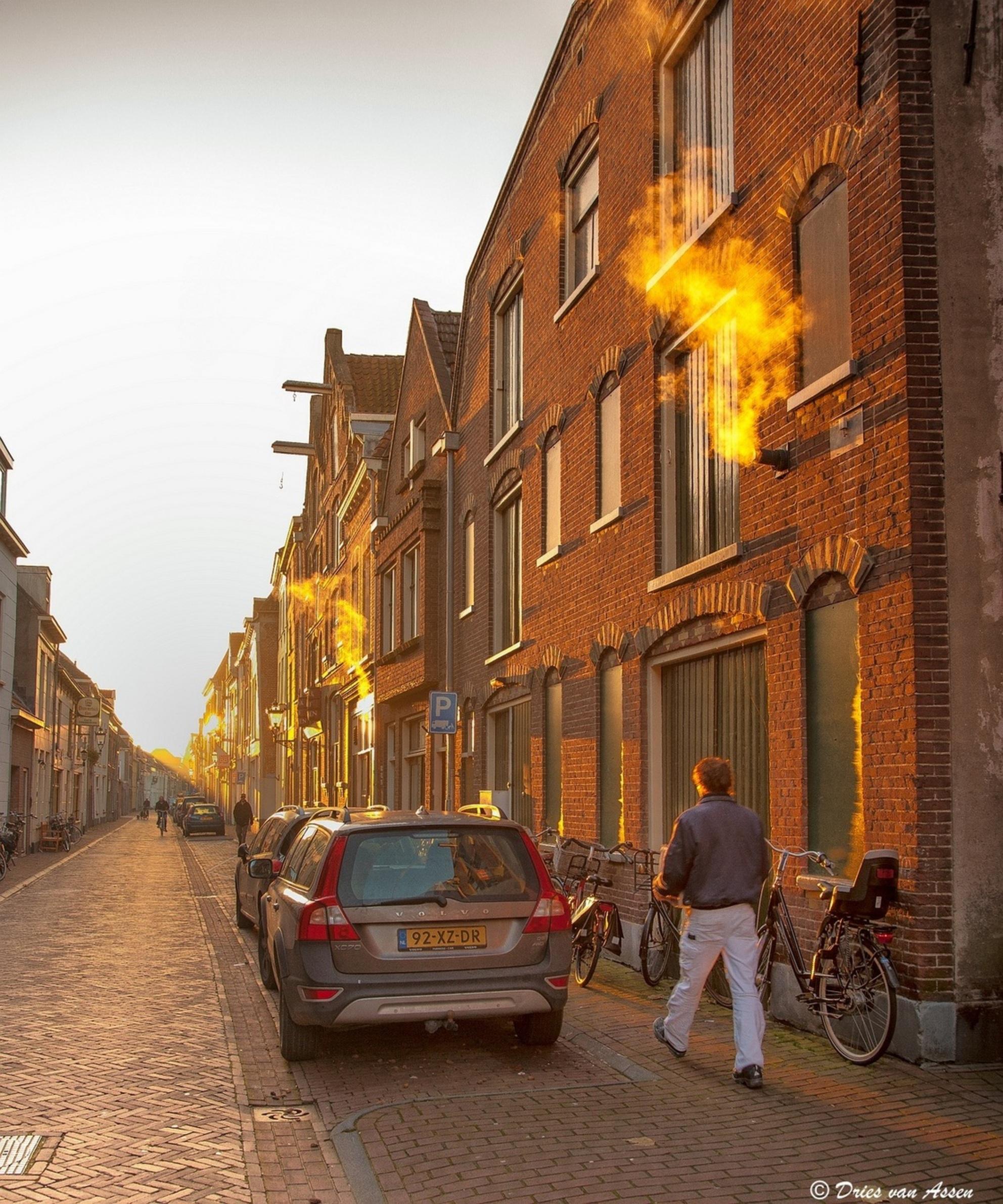 Ochtendgloren - Mooie lichtval in de Voorstraat te Kampen - foto door dva op 11-12-2013 - deze foto bevat: ochtendzon, lichtval, auto, rook, kampen, wandelaar - Deze foto mag gebruikt worden in een Zoom.nl publicatie