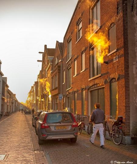 Ochtendgloren - Mooie lichtval in de Voorstraat te Kampen - foto door dva op 11-12-2013 - deze foto bevat: ochtendzon, lichtval, auto, rook, kampen, wandelaar