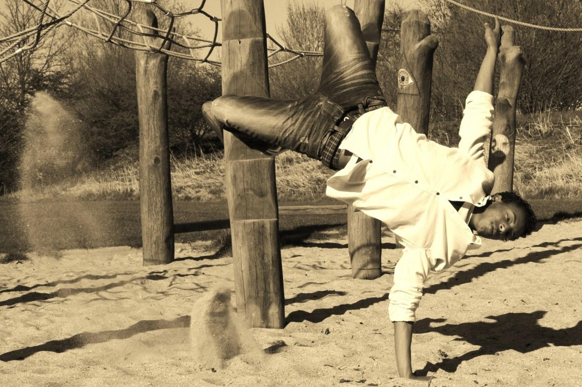 Breakdancing on sand - Afgelopen voorjaar genomen tijdens een fotoshoot met, voormalig Nederlands en Europees kampioen streetdance, Giomar.  Heeft u tips? Deze zijn altij - foto door cliques op 05-08-2011 - deze foto bevat: zand, dansen, speeltuin, streetdance, sand - Deze foto mag gebruikt worden in een Zoom.nl publicatie