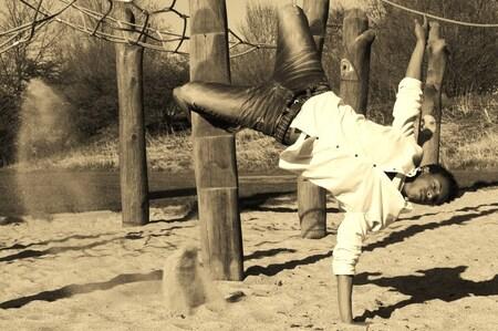 Breakdancing on sand - Afgelopen voorjaar genomen tijdens een fotoshoot met, voormalig Nederlands en Europees kampioen streetdance, Giomar.  Heeft u tips? Deze zijn altij - foto door cliques op 05-08-2011 - deze foto bevat: zand, dansen, speeltuin, streetdance, sand