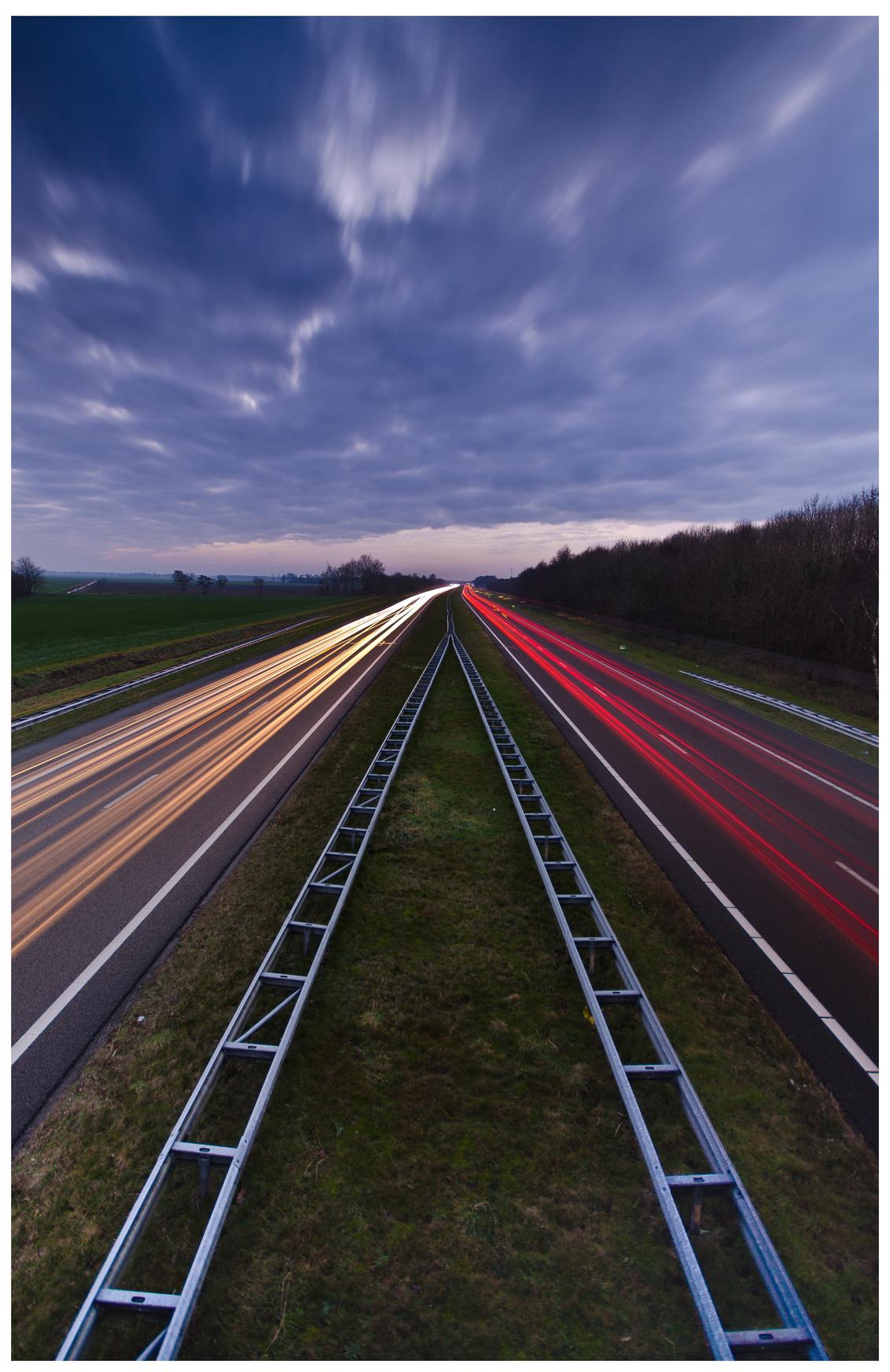 Snel...weg... - Iedereen druk onderweg naar huis en ik sta op het viaduct foto's te maken. Lange sluitertijd met een ND-Fader - foto door wido-foto op 13-12-2013 - deze foto bevat: kleuren, kleur, licht, avond, snelweg, sluitertijd, filter, grijsfilter, long exposure
