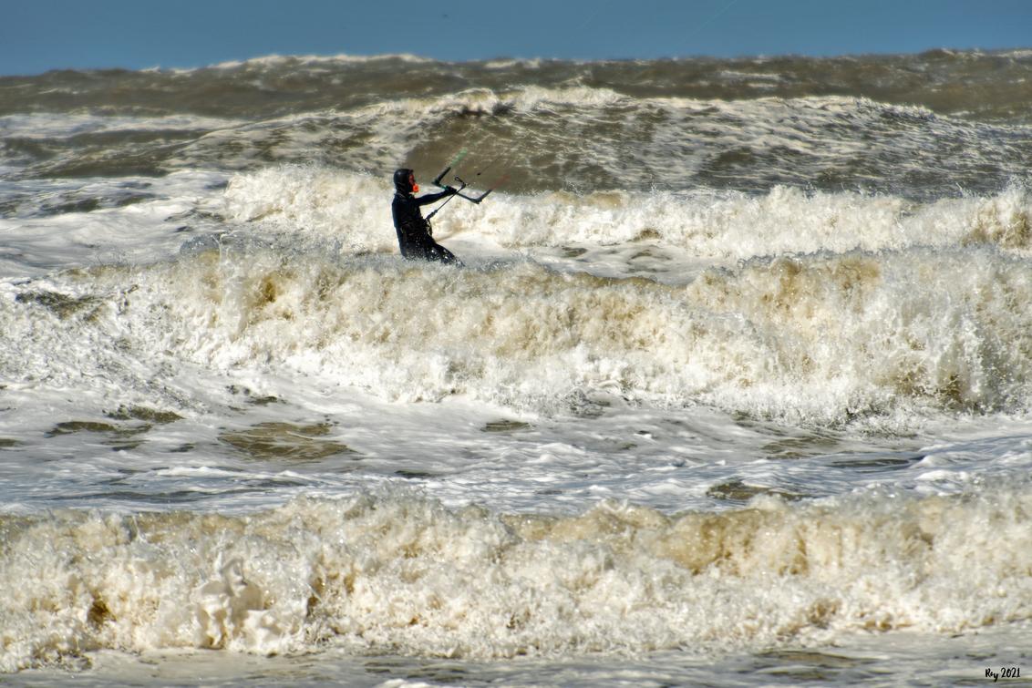 Kite Surfing - Vandaag op het strand bij Katwijk..... Wat een wind, wat een kou..... Vind dit echt een held om te kitesurfen met deze temperatuur..... Mvg. Ray - foto door Ray Beers op 05-04-2021 - deze foto bevat: zee, wind, koud, nikon, katwijk, Kite surfing, Ray Beers