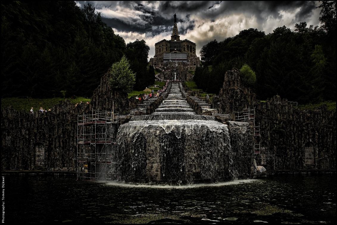 Totaler Wahnsinn - [b]Totaler Wahnsinn - Totale Waanzin[/b]  De Cascade van het Herculesmonument (Schloss Wilhelmshöhe - anno 1696).  Hier een staaltje totale waanz - foto door TommyDijkwel op 11-12-2017 - deze foto bevat: landschap, duitsland, cascade, kassel, engelse landschapsstijl, schloss wilhelmshöhe, herculesmonument