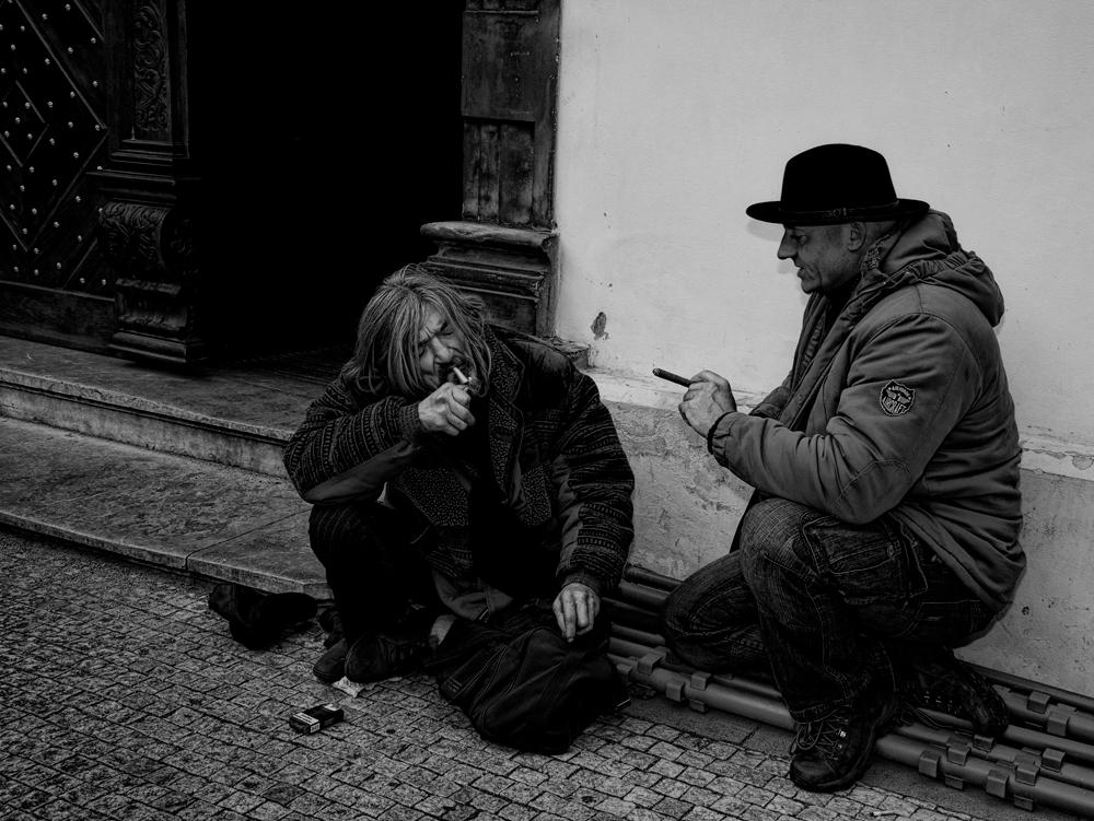 Street talk - opname van een dakloze waar ik samen een rokertje deed,daarna wou die nog wel even poseren.. - foto door boldy_zoom op 01-01-2009 - deze foto bevat: straatartiest, regen, winter, zwerver, koud, praag, straatfotografie, trouw, hondje, blind, zanger, armoede, dakloos, verschil, dakloze, acordion