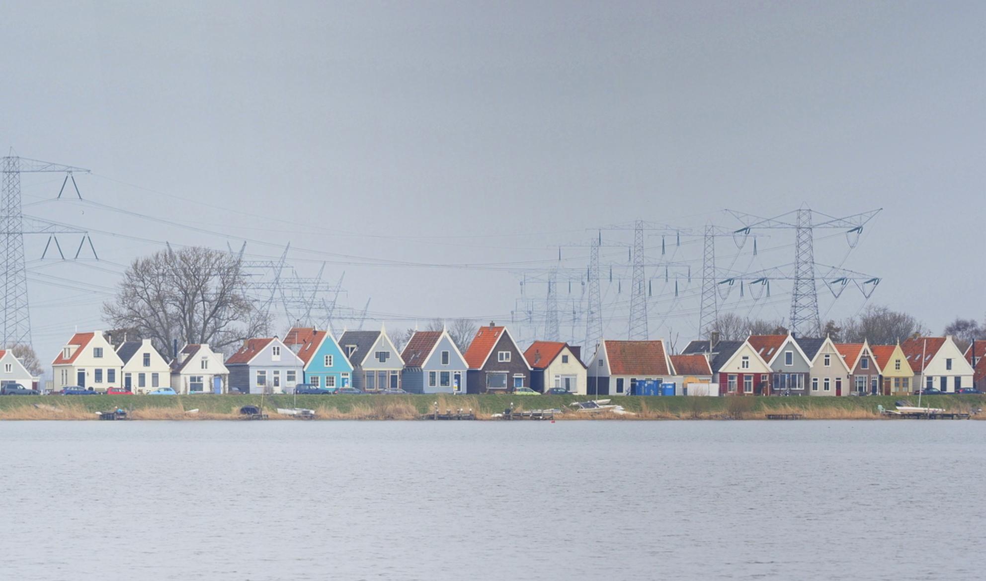 Kleurrijk... - Vanaf het Markermeer - foto door pietsnoeier op 31-03-2021 - deze foto bevat: natuur, markermeer, huisjes