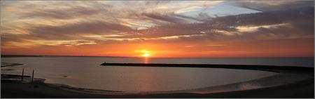 """Zonsondergang Brouwersdam 2 - Strekdam Brouwersdam, eventjes later.  Iedereen bedankt voor de reacties op en waardering voor """"Zonsondergang Brouwersdam"""" - foto door gaklaasse op 25-11-2020 - deze foto bevat: lucht, wolken, zon, strand, zee, water, panorama, natuur, licht, zonsondergang, tegenlicht, brouwersdam, kust"""
