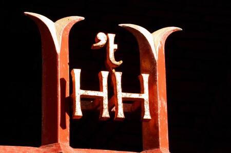 Hooge Huijs - Dit oude logo van de voormalige verzekeraar Hooge Huijs in Alkmaar op de plaat vastgelegd. - foto door Nickname op 05-12-2005 - deze foto bevat: logo, verzekeraar
