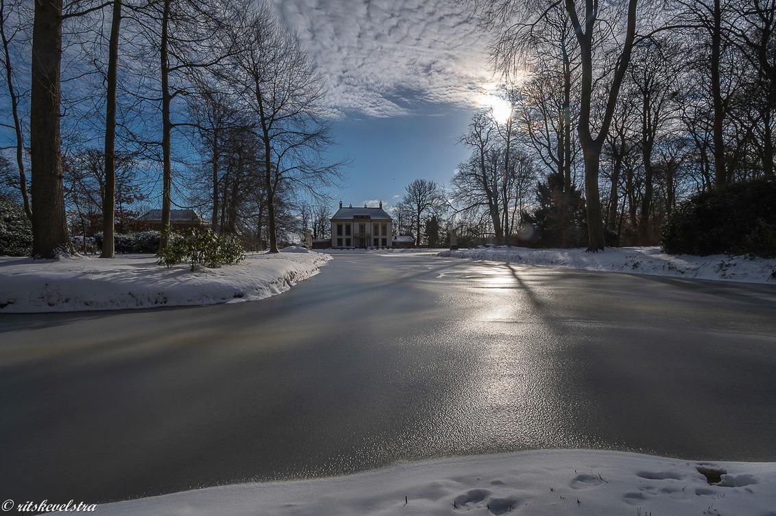 Nijenburg in winterse sferen - Vanmorgen, met volop zon, nijenburg  over de bevroren gracht. - foto door rits op 09-02-2021 - deze foto bevat: licht, sneeuw, landschap, tegenlicht, zonsopkomst, heiloo, nijenburg, heilooerbos