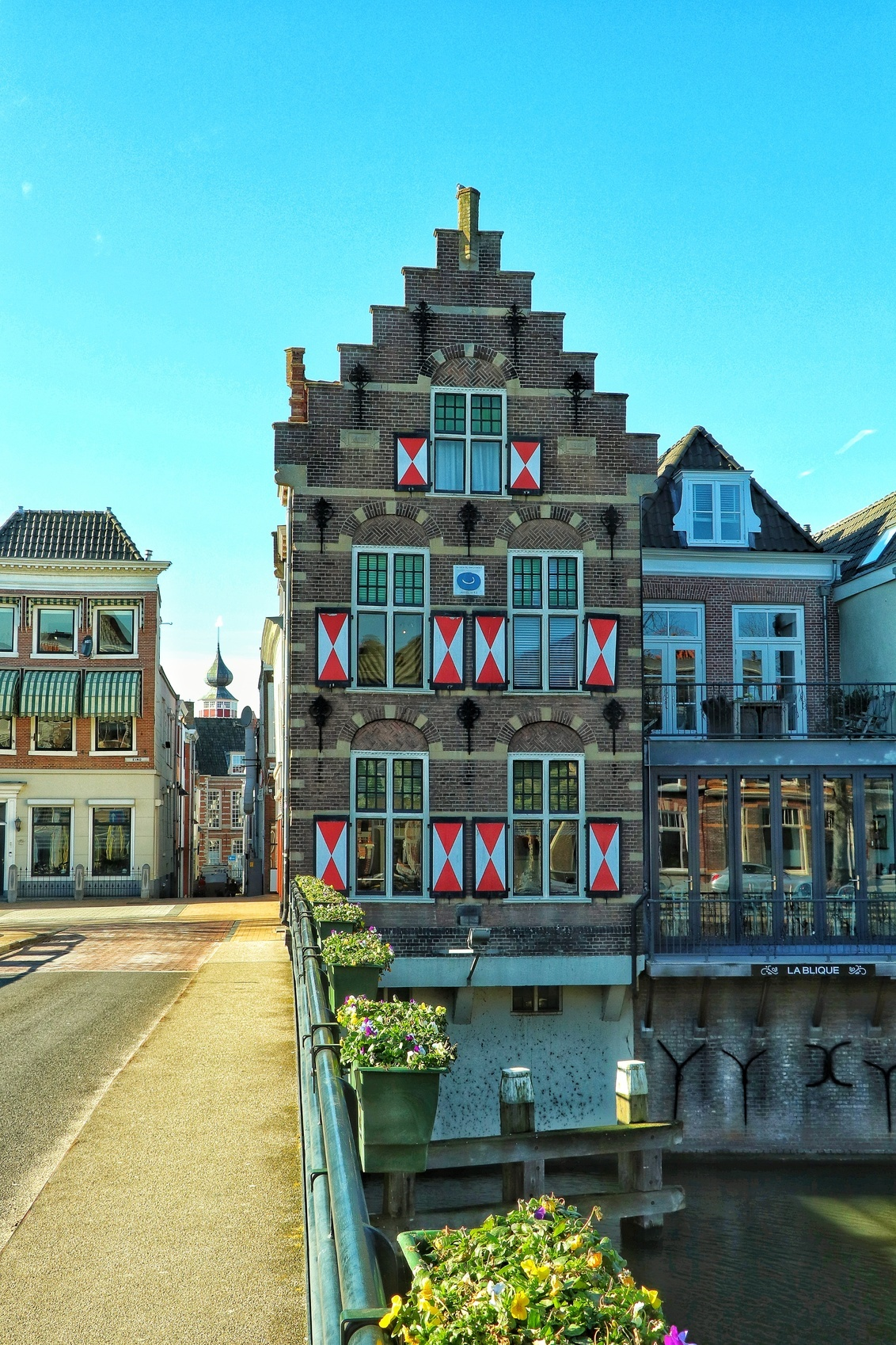 In den Blowen Hoet, Gorinchem - In den Blowen Hoet, het meest gefotografeerde en gefilmde huis van Gorinchem. Zo is dit mooie pand met rood-witte luiken en gevelsteen met blauwe hoe - foto door Leenard op 02-03-2021 - deze foto bevat: stad, huis, straatfotografie, gorinchem, lingehaven
