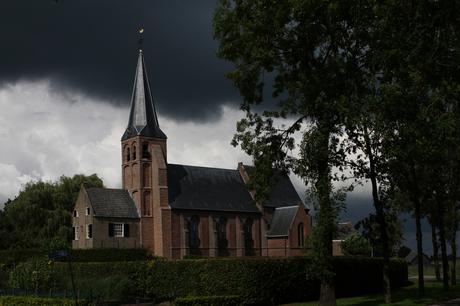 donkere wolken boven de kerk?