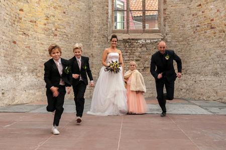 let's go - een statisch bewegende foto kan dat? In ieder geval wilde ik dat wel bereiken. - foto door hekkebeeb op 29-06-2015 - deze foto bevat: man, vrouw, mensen, licht, portret, liefde, daglicht, kinderen, meisje, jongen, bruid, bruiloft, fotoshoot, bruidegom, strobist