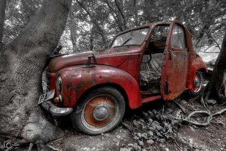 Lost car - - - foto door KristofVG op 29-06-2015 - deze foto bevat: zwartwit, hdr, urbex, tonemapping, bewerkingsuitdaging, urban exploring, photomatrix