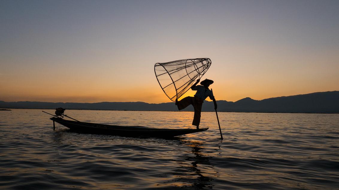 Visser op Inle Lake - Visser op Inle Lake, Myanmar - foto door Bluevista op 04-07-2017 - deze foto bevat: reizen, visser, reisfotografie, myanmar, ontdekken, backpacken, inlelake