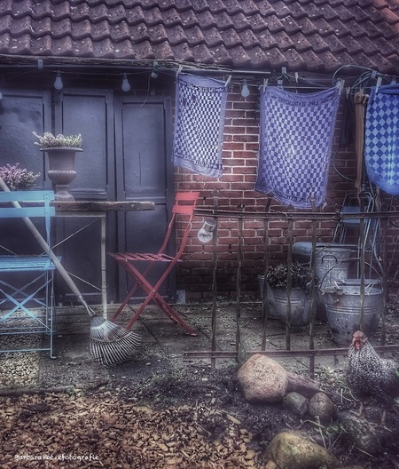 Nostalgie uit den top. - - - foto door Potzerio op 05-02-2021 - deze foto bevat: oud, straat, tuin, zitje, drenthe, kip, nostalgie, huis, hekje, straatfotografie, schuur, stoeltjes, luiken, bloempotten, landelijk, wasgoed, romantisch, sfeervol, wasknijpers, waslijn, tafeltje, kei, theedoek, borger, Oude schuur, Boers, nat wasgoed