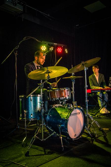 The Buzz - The Buzz tijdens workshop concertfotografie van Bart Heemskerk - foto door rheuvelm op 11-10-2017 - deze foto bevat: optreden, concert, band, live, concertfotografie, drummer, podium