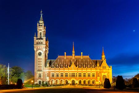 Blue Hour en het Vredespaleis - Het Vredespaleis, ik ben er al zeer vaak langs gereden. Elke keer dacht ik, deze wil ik een keer vastleggen met Blue Hour. Jammer genoeg kun je rond  - foto door lbfoot op 24-04-2020 - deze foto bevat: avond, monument, stad, nikon, vredespaleis, Den Haag, lange sluitertijd, blue hour, Blauwe uurtje, nikkor 24-70mm f2.8