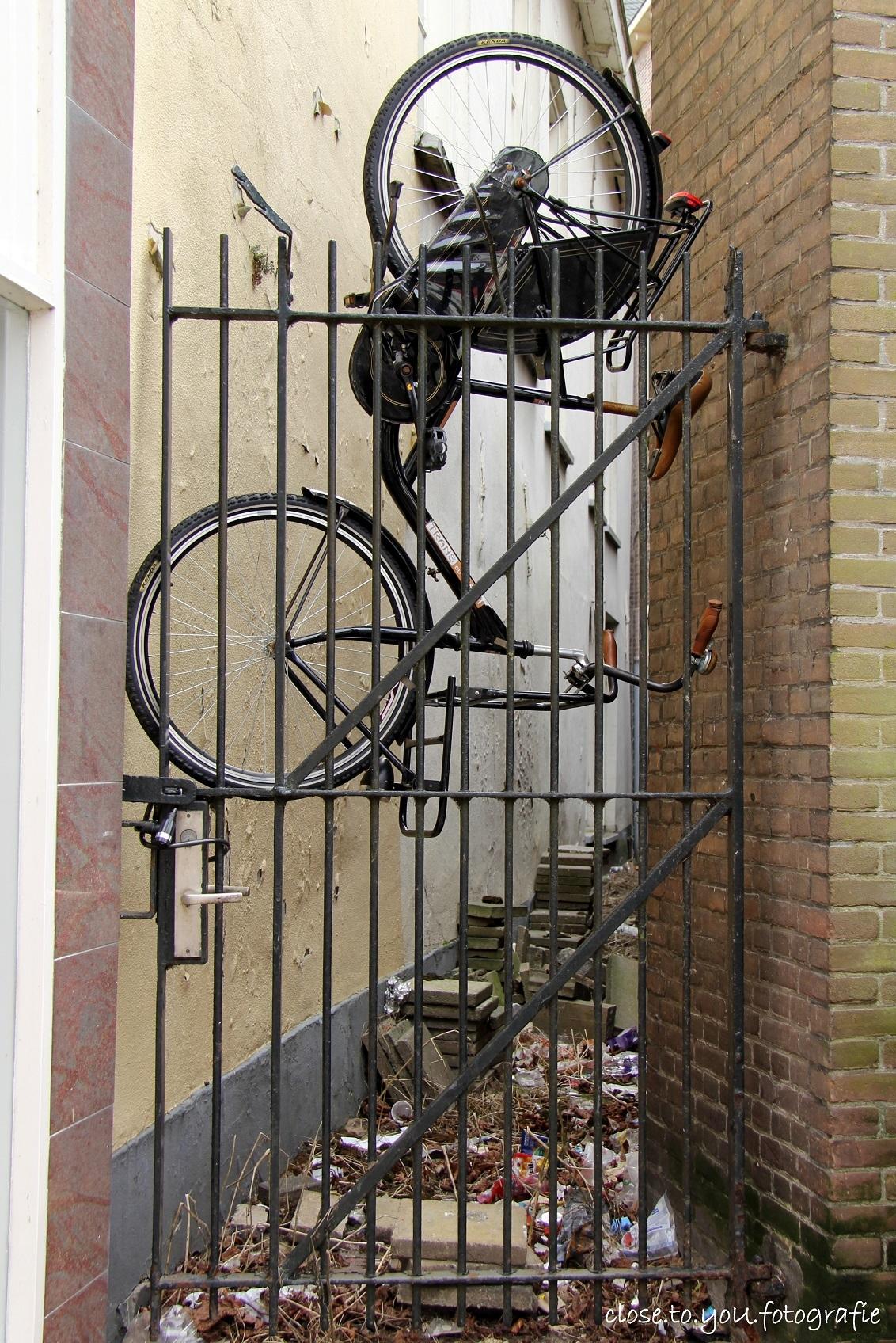u parkeert hier.... mag dat! - zet em daar maar neer. gespot tijdens m'n steegjes tocht in Kampen. - foto door close.to.yoU.fotografie op 05-03-2013 - deze foto bevat: oud, fiets, kampen, steegje