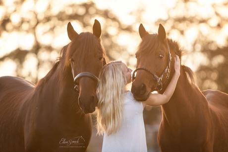 Yani en haar 2 paarden met zonsonderdag