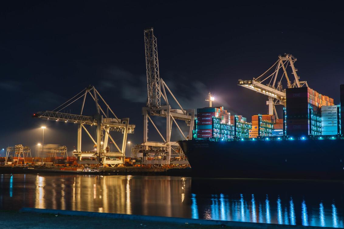 ECT Delta Terminal DDW - De ECT Delta DDW met daarbij liggend de HMM Southampton. Op het moment een van de grootste containerschip ter wereld. - foto door Colinvdh op 04-03-2021 - deze foto bevat: water, rotterdam, boot, avond, haven, containers, lange sluitertijd