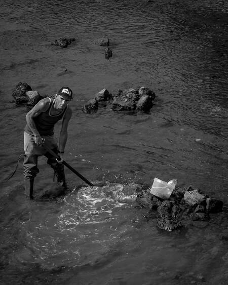 Kokkelvisser - Deze man was op zoek naar kokkels. Er stond nog maar een klein laagje water onder de brug.  Veel dank voor alle reacties en waarderingen bij 'beetj - foto door convust op 10-11-2017 - deze foto bevat: man, eten, water, vakantie, brug, portugal, visser, reisfotografie, kokkel
