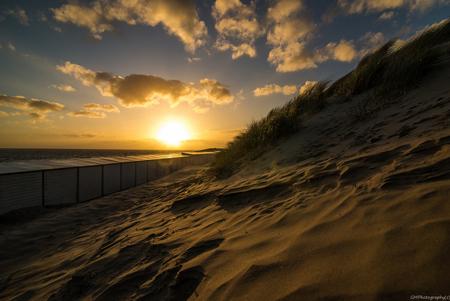 Duinen-1 - Zonsondergang in vlissingse duinen. - foto door gamulder op 18-05-2015 - deze foto bevat: wolken, zon, zee, licht, avond, zonsondergang, landschap, duinen, tegenlicht, zand