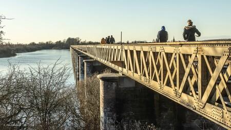 """Aan de wandel - Een geliefd wandeltraject """"Moerputten"""" in De Bosch. Ondanks de strenge corona  maatregelen is deze oude spoorbrug erg in trek """"de Moerputtenbrug"""" van - foto door Jimbob op 08-03-2021 - deze foto bevat: natuur, landschap, brug"""