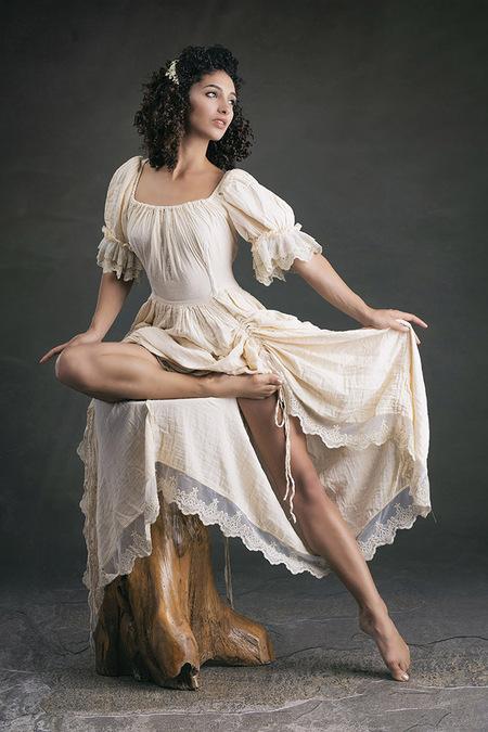 De gratie van Mischkah - Het model is Mischkah - foto door jhslotboom op 21-04-2021 - deze foto bevat: gratie, sierlijk, dans, mode, fashion, beauty, model, woman, mischkah, haar, schouder, flitsfotografie, jurk, vermaak, dij, uitvoerende kunst, dans, taille, mode ontwerp