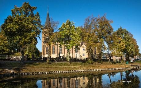 Kerk van Wijnandsrade in vroege ochtend zon