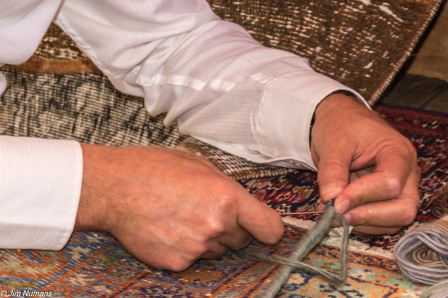 """Tapijtknoper - Een iets oudere foto uit een serie """"handen"""" Tijdens een demonstratie liet deze tapijtknoper zijn vaardigheden zien. Hier bezig met het afwerken van d - foto door Jimbob op 10-04-2021 - deze foto bevat: handen, nijverheid, hand, mens, gebaar, vinger, nagel, duim, pols, hout, patroon, engineering"""