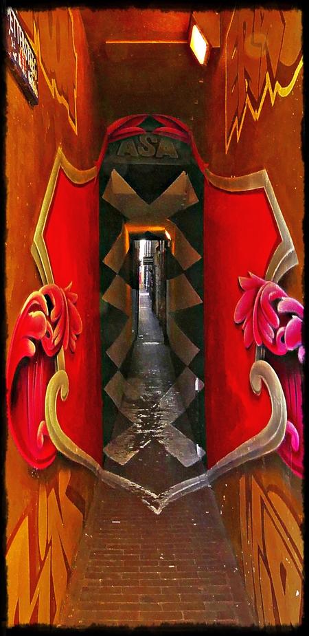 Past dat? - Smalste straatje in Amsterdam - foto door MaryBruijn op 11-04-2021 - locatie: Amsterdam, Nederland - deze foto bevat: amsterdam, steeg, kleur, verlaten, licht, verlichting, architectuur, interieur ontwerp, kunst, rood, symmetrie, lettertype, armatuur, hout