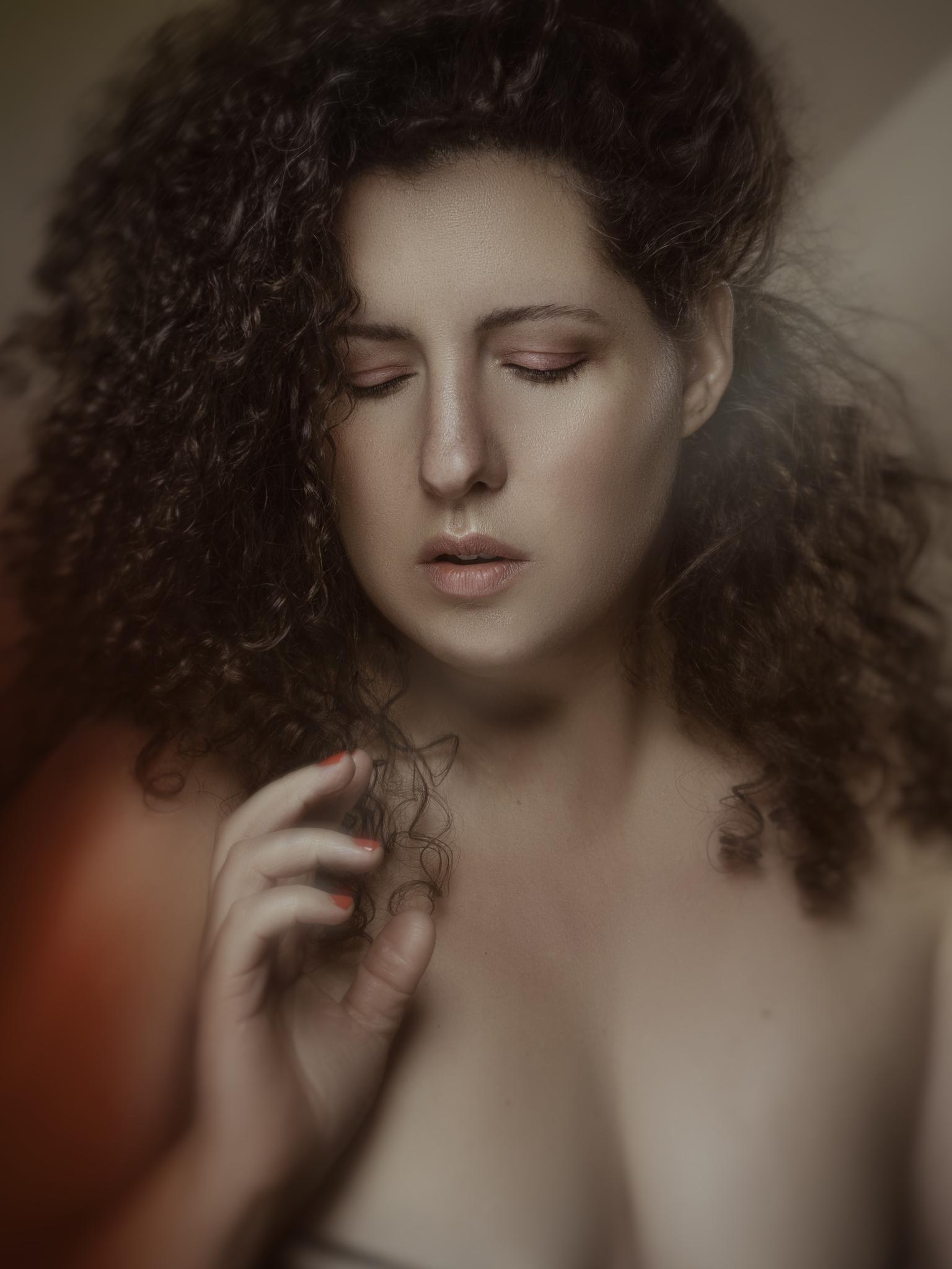 Naline - . - foto door JLugtenberg op 08-04-2021 - deze foto bevat: nude, make up, beauty, belichting, fashion, krullen, curvy, model, portret, kleur, haar, voorhoofd, neus, wang, gezamenlijk, huid, hoofd, lip, kin, wenkbrauw