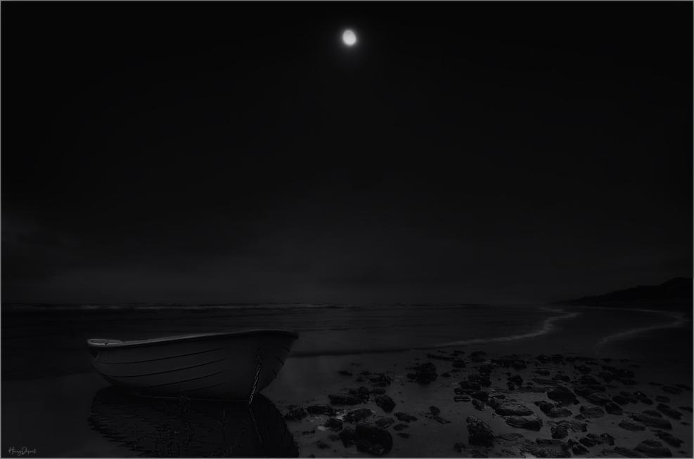 strand - bootje op strand - foto door henny9898 op 11-04-2021 - deze foto bevat: atmosfeer, lucht, maan, licht, zwart, zwart en wit, stijl, atmosferisch fenomeen, astronomisch object, horizon