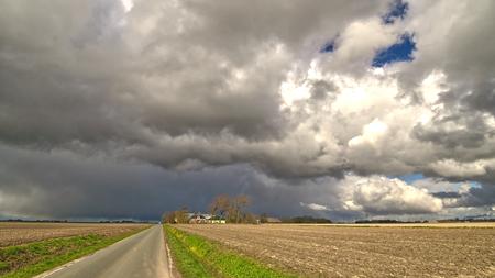 noord Groningen. - Een bui boven het Wad komt er aan. - foto door alan op 15-04-2021 - locatie: 9981 Uithuizen, Nederland - deze foto bevat: wolk, fabriek, lucht, atmosfeer, dag, ecoregio, natuur, natuurlijk landschap, gras, atmosferisch fenomeen