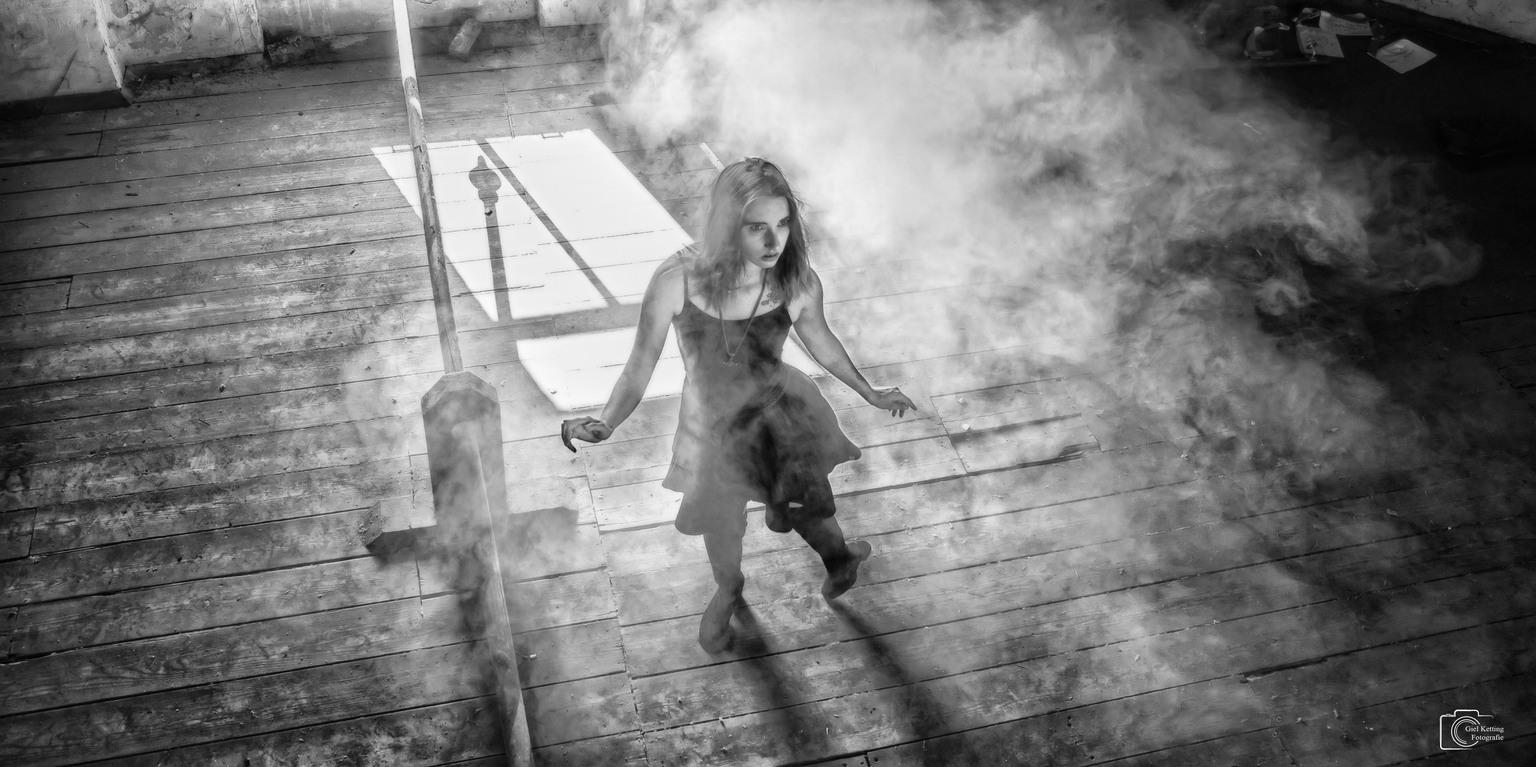 Attic shoot  - Een  prachtige mooie shoot op een erg stoffige zolder, het model is Linda  - foto door GielKetting op 10-04-2021 - locatie: Nederland - deze foto bevat: flitsfotografie, staand, zwart en wit, grijs, zonlicht, stijl, muur, ochtend, gelukkig, monochrome fotografie