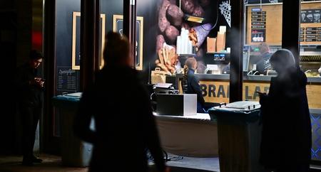 Wachten..... - .....Bij  Bram voor een snack of een patatje! - foto door f.arts1 op 15-04-2021 - locatie: Bagijnhof, 3311 NP Dordrecht, Nederland - deze foto bevat: gezamenlijk, automotive ontwerp, t-shirt, evenement, job, televisie, weergave-apparaat, geluidsapparatuur, brillen, machine