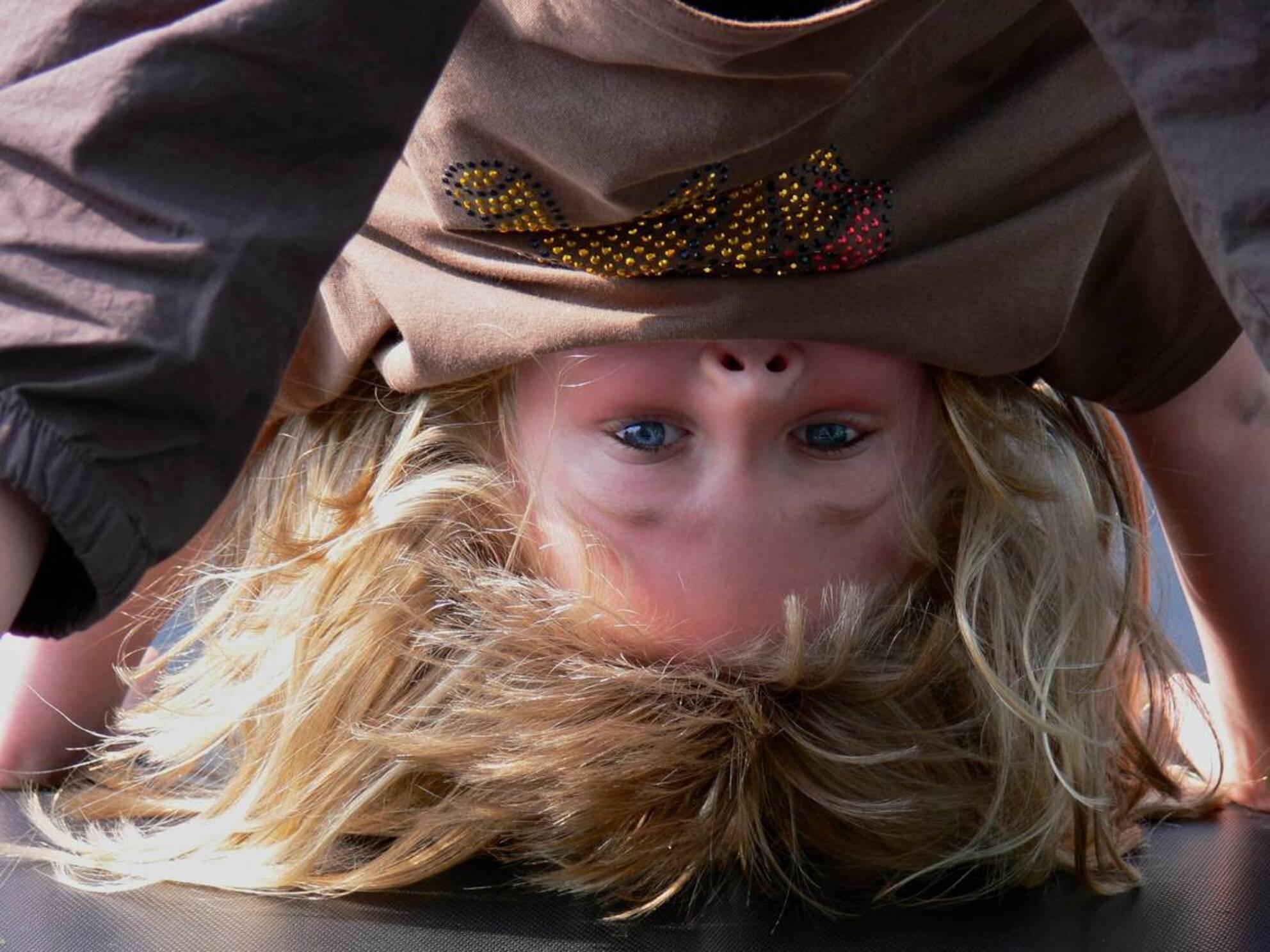 Op zijn kop - - - foto door Borren_zoom op 09-01-2007 - deze foto bevat: saybia, portret, trampoline, op - Deze foto mag gebruikt worden in een Zoom.nl publicatie