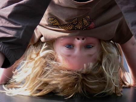 Op zijn kop - - - foto door Borren_zoom op 09-01-2007 - deze foto bevat: saybia, portret, trampoline, op