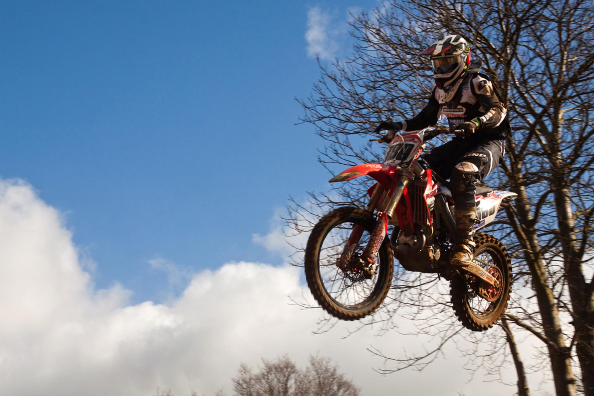 Maarten Cremers - Op verzoek nog twee piloten die het hogerop zoeken... eentje met 1/250 ste en eentje met 1/1000ste... merk het verschil... Dit is trouwens Maarten,  - foto door kosmopol op 06-04-2012 - deze foto bevat: motor, sprong, motocross, kosmopol - Deze foto mag gebruikt worden in een Zoom.nl publicatie