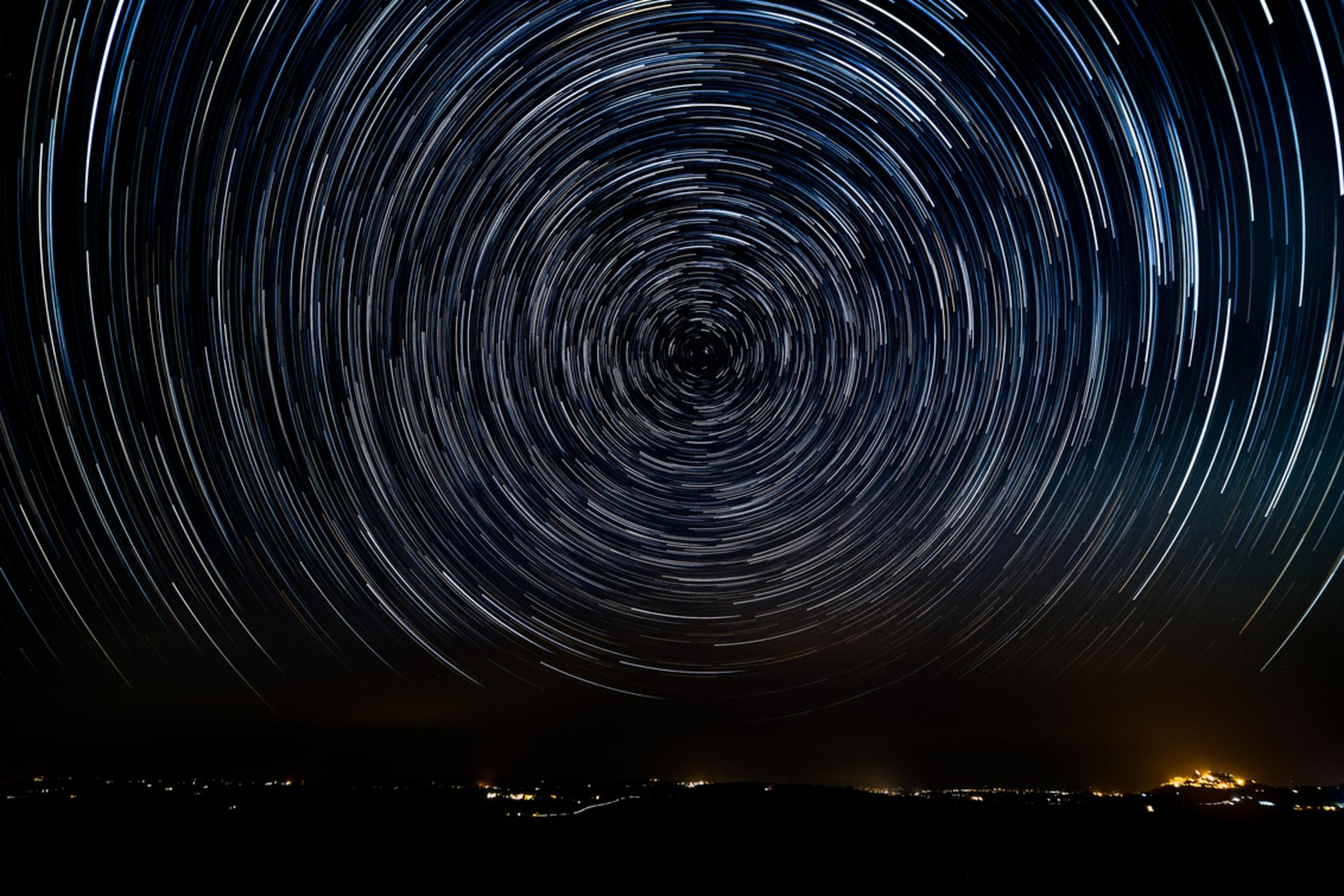 Startrail Montepulciano - Een samenvoeging van circa 175 foto's van de nachtelijke hemel van Toscane. De foto's heb ik gemaakt met een sluitertijd van 30 seconden. Daarna heb  - foto door Texelrob op 22-09-2017 - deze foto bevat: nacht, nachtfotografie, toscane, sterren, montepulciano, sterrenspoor, stacking, startrail, lange sluitertijd