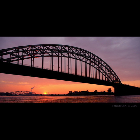 De Waalbrug bij zonsondergang
