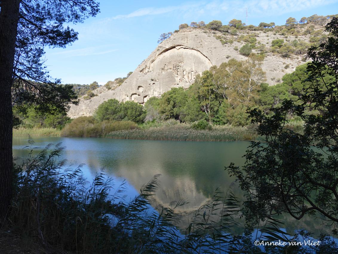 Caminito del Rey - In de aanloop naar de caminito kom je langs dit landschap. Het patroon in de rots is uitgeslepen door de wind en zal in de loop der jaren dieper en  - foto door AnnekevanVliet op 24-11-2016