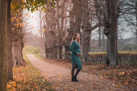 Herfst shoot - - - foto door ThomasPaardekooper op 13-12-2020 - deze foto bevat: vrouw, mensen, licht, herfst, portret, model, liefde, daglicht, baby, meisje, lief, beauty, emotie, zwanger, blond, fotoshoot