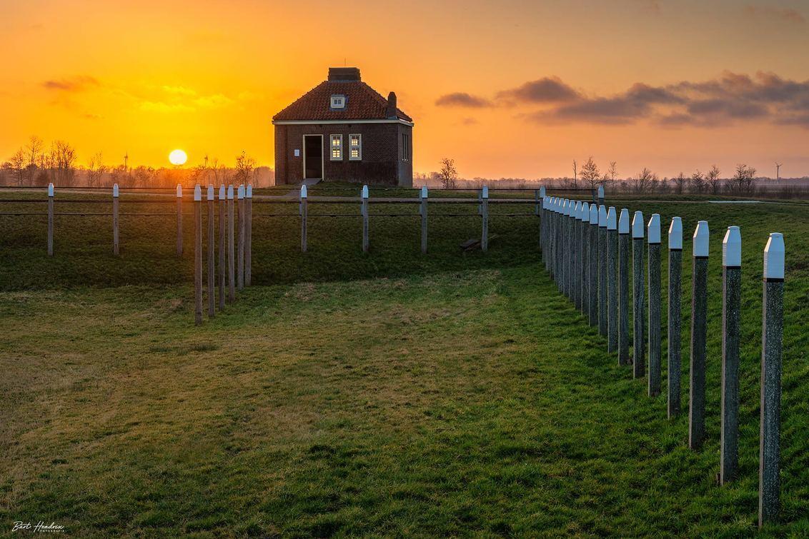 Zonsondergang op Schokland - Zonsondergang op Schokland - foto door barthendrix op 28-02-2021 - deze foto bevat: lucht, zon, natuur, licht, avond, zonsondergang, landschap, schokland, polder, hdr, misthoornhuisje