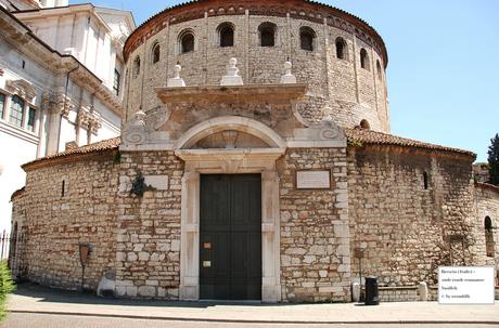 Romaanse ronde basiliek pre 11e eeuw -3 : Front aanzicht van 4 meter hoge deur !