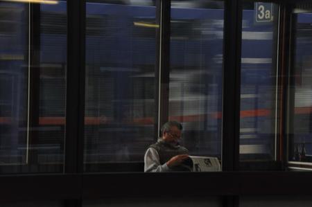 (not yet) Disturbed - Deze reiziger laat zich (nog) niet storen bij het lezen van z'n krantje door een langs razende goederentrein op het station van Hasselt - foto door josjoosten op 19-10-2009 - deze foto bevat: station, krant, hasselt, jjvision